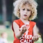 ילד מחזיק בועות סבון
