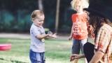 ילדים משחקים בבועות סבון ענקיות
